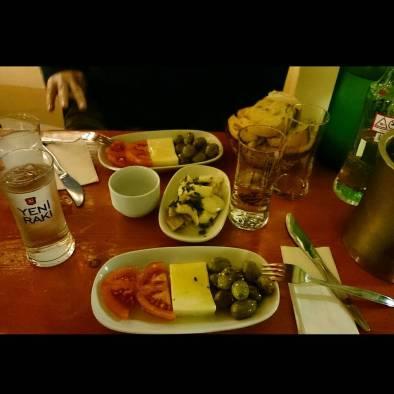 Peynir-zeytin tabağı ve ahtapot salatası