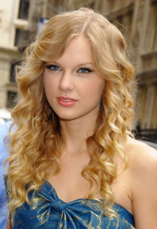 Taylor-Swift-Semi-Curls-Hairstyles