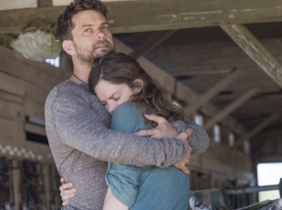 Joshua Jackson as Cole and Ruth Wilson as Alison in The Affair (Season 1, Episode 2). - Photo: Mark Schafer/SHOWTIME - Photo ID: theaffair_102_0096